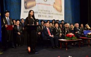 Pianistja diplomohet me medalje ari në Financë-Kontabilitet