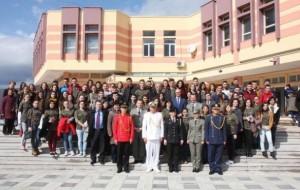 Zv. ministri i Mbrojtjes u takua me nxënës të gjimnazit