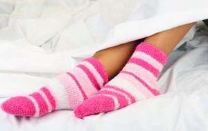 Të flesh me apo pa çorape?