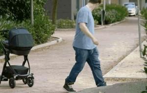 Volkswagen krijon karrocën për fëmijë që ndjek prindin!