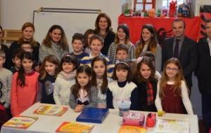 """Në shkollën """"Scanderbeg Parma"""" nxënësit mësojnë me abetaren e ALBAS-it"""