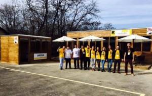 Të rinjtë shqiptarë hapin kafene për refugjatët, gjithçka falas