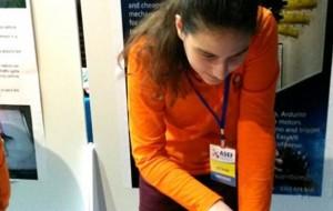 """""""Një dorë robot"""", 17-vjeçarja fiton medalje të argjendtë"""