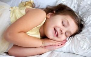 Kur prindërit i mbajnë fëmijët gjatë zgjuar, ata flenë më pak
