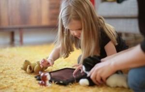 Përdorimi i ekraneve vonon të folurin te fëmijët