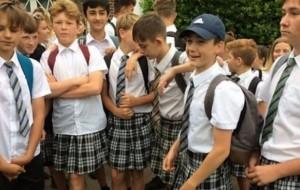 Temperaturat e larta, nxënësit shkojnë me funde në shkollë