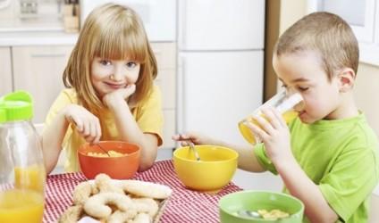 Prindër, kini kujdes kur flisni me fëmijën për ushqimin!