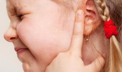 Prindër, mos ua shponi veshët fëmijëve të vegjël!