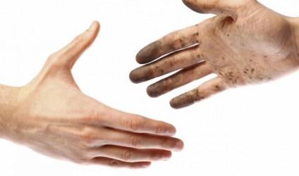 Shtrëngimi i duarve, një gjest që flet për ne!