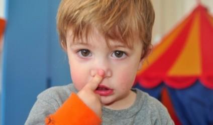 Mësuesi-nxënësve: Nëse më dëgjoni, kapni hundën!