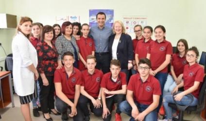 "Nxënësit e shkollës ""Vasil Shanto"" me laborator modern informatike"