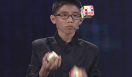 13-vjeçari zgjidh 3 kube Rubiku duke i xhongluar