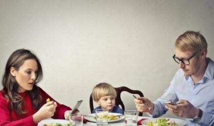 Prindër, kur jeni me fëmijën hiqeni telefonin nga dora!