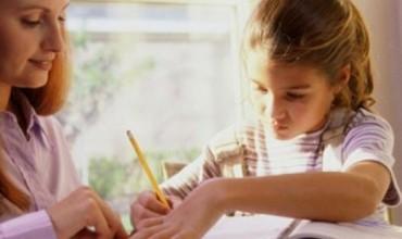 Pse prindërit nuk ulen të ndihmojnë fëmijët për detyrat e shtëpisë?