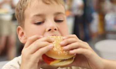 Nxënësit që konsumojnë fast food-e kanë performancë të ulët në mësime.