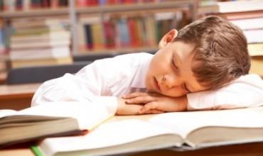 Gjumi i pasdites te fëmijët ndikon në rritjen e rezultateve të tyre në mësime