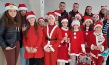 """Nxënësit e """"Koto Hoxhit"""" surprizojnë punonjësit e policisë Gjirokastër"""
