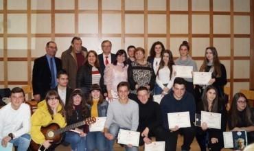 """Takimi i veçantë letrar i nxënësve të talentuar të gjimnazit """"Petro Nini Luarasi"""", me figurat e shquara të letrave shqipe"""