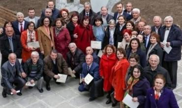 """7 Marsi në """"Mësonjëtoren e parë shqipe"""", Shahini nderon mësuesit pensionist për kontributin në arsim"""