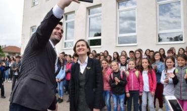 """Ministrja Shahini: """"Pas vite përpjekjesh, shqiptarëve në Serbi u lejohet përdorimi i librave shkollorë nga Shqipëria"""""""