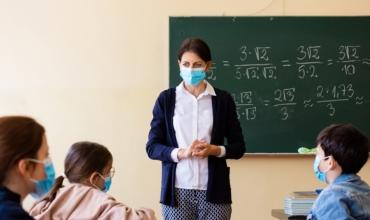A mund të jepni mësim në mënyrë efektive duke mbajtur një maskë në fytyrë?
