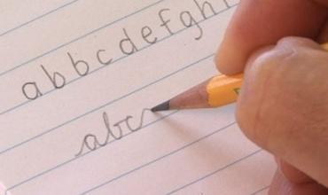 Shkrimi i dorës, art drejt humbjes?