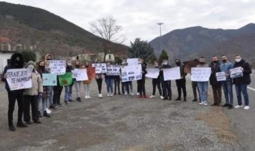 """Nxënësit e Shkollës """"Shën Jozefi Punëtor"""", homazh dhe marshim sensibilizues për aksidentet"""