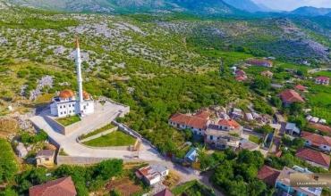 """""""Fshati im""""- maturantja Senada Bajraktari rrëfen me emocion vendin ku jeton e mëson"""