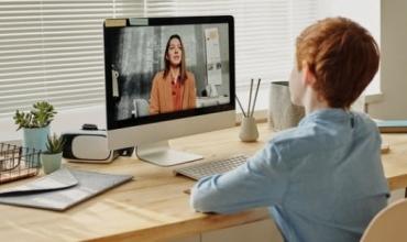 A duhen mbajtur kamerat ndezur gjatë mësimit në distancë? Nxënësit japin mendimet e tyre