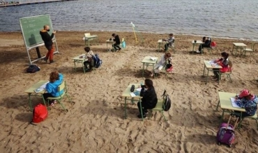 """Nxënësit në Spanjë po mësojnë në """"klasat"""" buzë detit"""