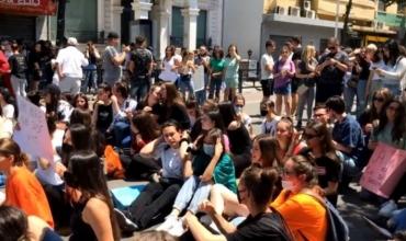 """""""Të ulet pikësimi për testin e Matematikës"""", maturantët mbyllin protestën para MASR: Rikthehemi nesër!"""