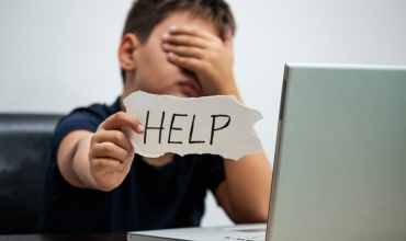 Ngacmimi kibernetikë, kambanat e alarmit që prindërit e mësuesit nuk duhet të neglizhojnë