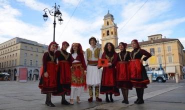 Prezantim dinjitoz i Shqipërisë nga komuniteti shqiptar në Parma me veshje e këngë tradicionale shqiptare