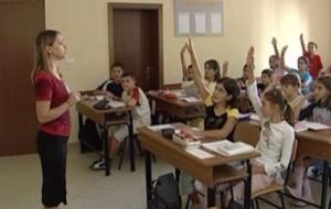 Adoleshentët shqiptarë të lumtur në bankat e shkollës