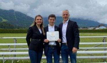 Nxënësi ekselent shqiptar, Dario Toska, dekorohet me medalje të artë nga Donald Trump