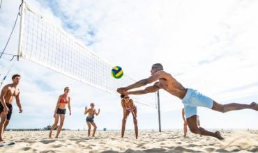 Volejbolli, sporti që ju dhuron argëtim pafund në plazh