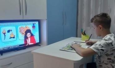 Fëmijët që e kanë të pamundur rikthimin në shkollë do mësojnë përmes televizorit