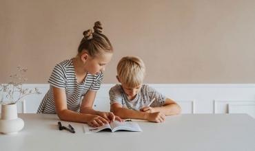 Kërkimi: Shkrimi i dorës i bën fëmijët më të zgjuar