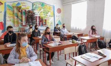 Maturantët rikthehen në shkolla, Ministrja Kushi: Jemi të përgatitur sipas të gjitha protokolleve