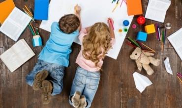 Fëmijët bëhen më pak kreativë nëse kontrollohen shumë nga prindërit