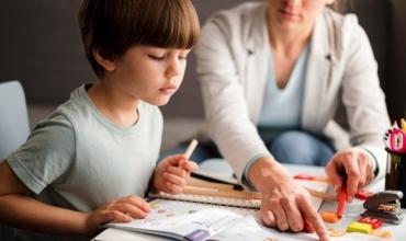 Mënyra argëtuese për fëmijët se si të mësojnë formimin e fjalive, të kryejnë mbledhje dhe të dallojnë ngjyrat