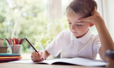 Strategji për të ndihmuar fëmijën të bëjë detyrat e shtëpisë gjatë verës