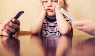 """""""E urrej celularin e mamit"""", shkrimi në fletore i një 7-vjeçari që preku zemrat e shumë prindërve"""
